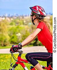 llevando, ciclismo, niña, bicicletas, helmet.