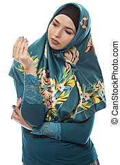 llevando, dinero, actuación, hembra, hijab, gesto