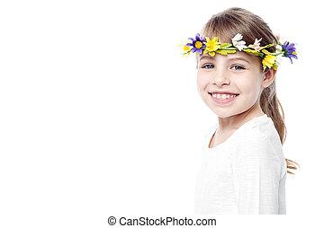 llevando, flor, guirnalda, joven, niña sonriente