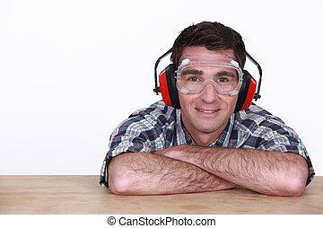 llevando, gafas de protección, protección, hombre, oído