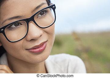 llevando, mujer, asiático, chino, anteojos