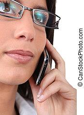 llevando, mujer de teléfono, anteojos