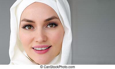 llevando, mujer, musulmán, cara, mirar, sonreír., cámara, ...