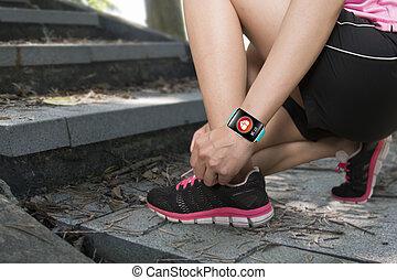 llevando, mujer, smartwatch, ingenio, salud, atar cordones, deporte, sensor