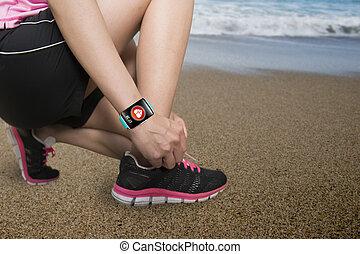 llevando, mujer, smartwatch, ingenio, salud, atar cordones, ...
