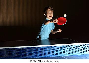 llevando, niño, poco, el suyo, pong;, camisa, azul, ping, concentrado, pegado, lengua, face;, juego, afuera
