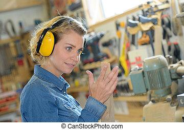 llevando, orejeras, trabajador industrial, hembra
