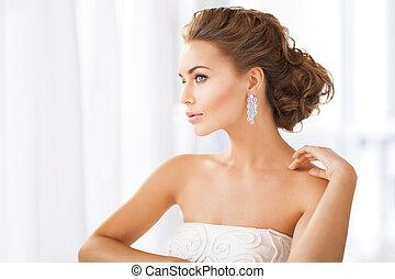llevando, pendientes, mujer, diamante, brillante