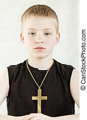 llevando, serio, niño, crucifijo, dorado