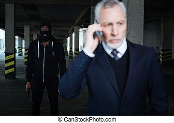 llevando, serio, secuestrador, máscara, macho