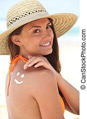 llevando, sombrero, mujer, playa, sunscreen