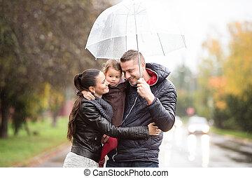 lluvioso, hija, familia, caminata, día, debajo, paraguas