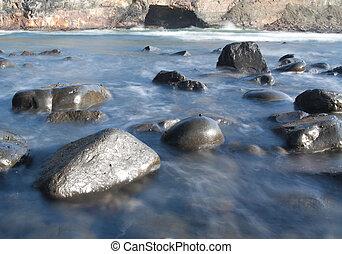 loch wand, landschaftsbild, mit, wellen, und, steinen,...