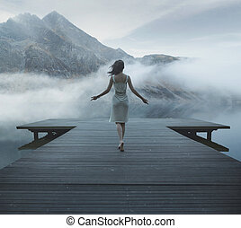 lockande, kvinna gående, på, den, trä pir