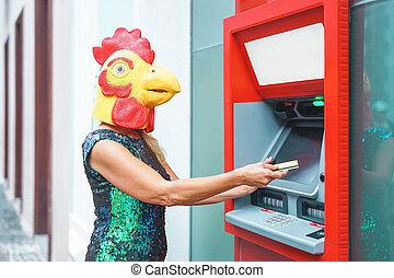 loco, surreal, mujer, concepto, efectivo, retirarse, animal, tarjeta, máscara, maduro, banco, mitad, máquina, dinero, gallo, llevando, imagen, absurdo, débito, anunciar, -, atm, humano