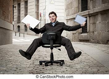 loco, tableta, computadora de negocio, silla del balanceo, hombre, cuesta abajo, feliz