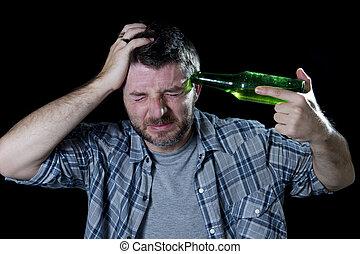 loco, teniendo cabeza, botella, pistola, cerveza, hombre señalar con el dedo, arma de fuego, el suyo