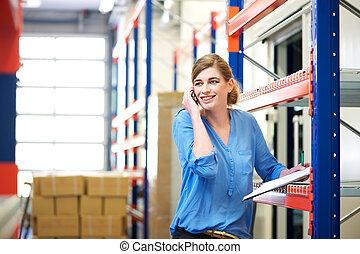 logistique, cellphone, ouvrier, conversation, régler, femme, entrepôt, stockage