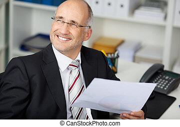 loin, regarder, quoique, papier, tenue, bureau, homme affaires