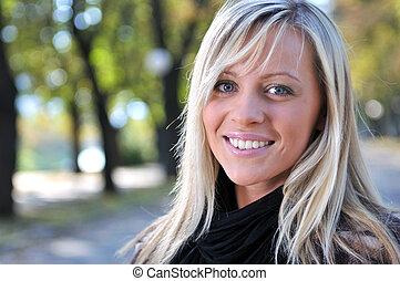 loiro, cute, mulher jovem, sorrindo, ao ar livre