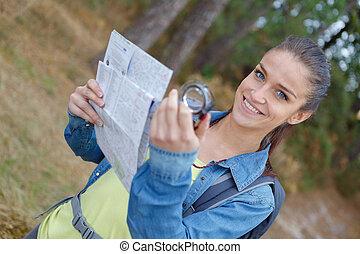 loiro, hiker, com, compasso, e, leitura, mapa, em, a, natureza