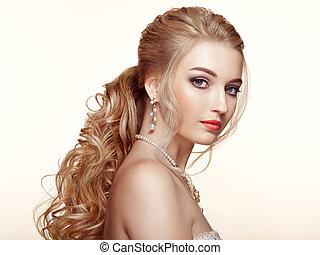 loiro, menina, com, longo, e, brilhante, cabelo ondulado