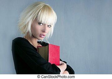 loiro, moda, estudante, segurando, livro vermelho