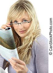 loiro, mulher, óculos