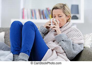 loiro, mulher doente, deitando, sofá, com, assalte