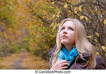 loiro, mulher, em, a, outono, parque