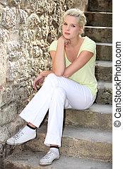 loiro, mulher, escadas, sentando