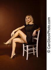 loiro, mulher, jovem, cadeira, sentando