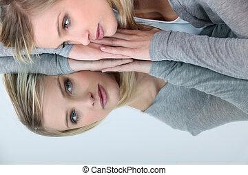 loiro, mulher olha, dela, reflexão, em, um, espelho