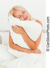 loiro, mulher, travesseiro, segurando