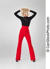 loiro, preto arqueja, camisa vermelha, mulher
