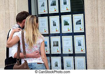 loja, anúncios, house-for-sale, par, olhar, janela, através