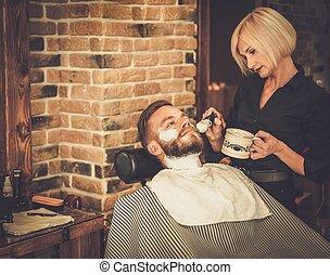 loja, cliente, barbeiro, durante, barba, raspar