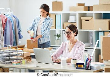 loja, consultar, clientes, jovem, gerente, online