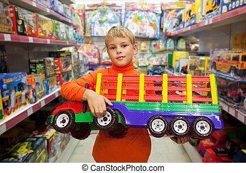 loja, menino, caminhão grande, mãos, modelo