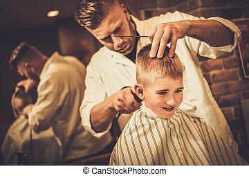 loja, menino, pequeno, visitando, hairstylist, barbeiro