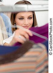 loja, mulher, camisa, jovem, escolher, roupas
