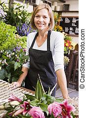loja, mulher, flor, sorrindo, trabalhando