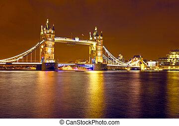 London bridge in the UK by night