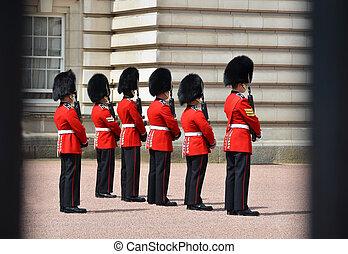 london, uk., -, juni, 12, 2014:, engelsk, kongelige vagtmænd, opføre, den, skifte af vagtmanden, ind, buckingham palads