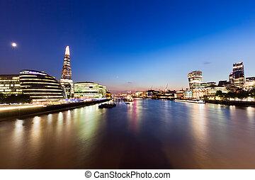 londres, contorno, panorama, por la noche, inglaterra, el, uk., río thames, el, casco, ciudad, hall.