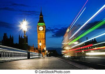 londres, el, uk., rojo, autobús, en el movimiento, y, big ben, por la noche