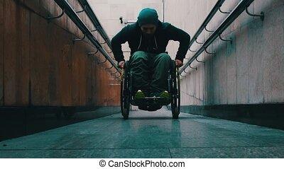 long, penchant, obtenir, homme, fauteuil roulant, handicapé...