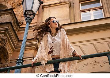 longhaired, boêmio, menina, com, óculos de sol, perto, cidade velha, streetlig