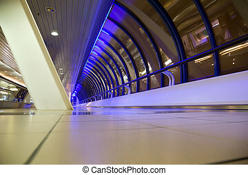 longo, corredor, com, grande, janelas, em, edifício moderno, à noite, foreshortening, de, abaixo, ângulo largo