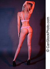 longo-provido pernas, esbelto, menina, em, roupa interior, plataformas, com, dela, costas